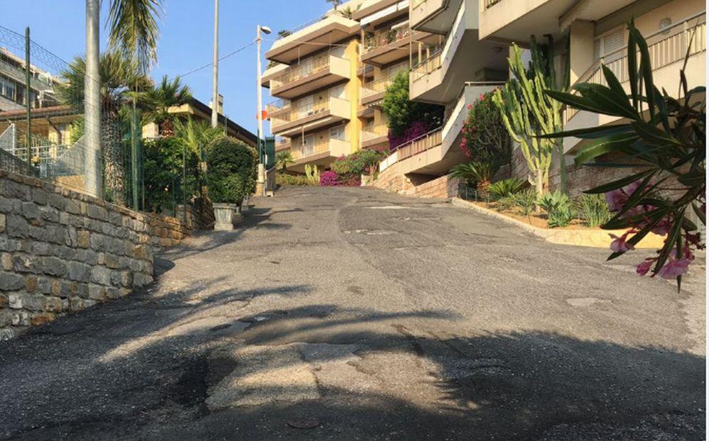 Alcuni abitanti di Sanremo fanno 300 metri di salita a piedi per buttare la spazzatura 5 giorni la settimana./Le immagini