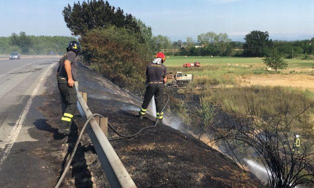 Fabbrica Curone, bruciano sterpaglie in mezzo Km di strada e gli abitanti aiutano i pompieri a spegnere l'incendio