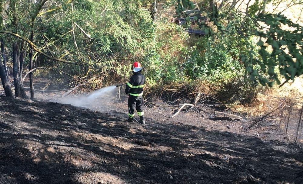 Cisterna di gasolio si rovescia a Silvano D'orba, strada chiusa e intervento dei pompieri