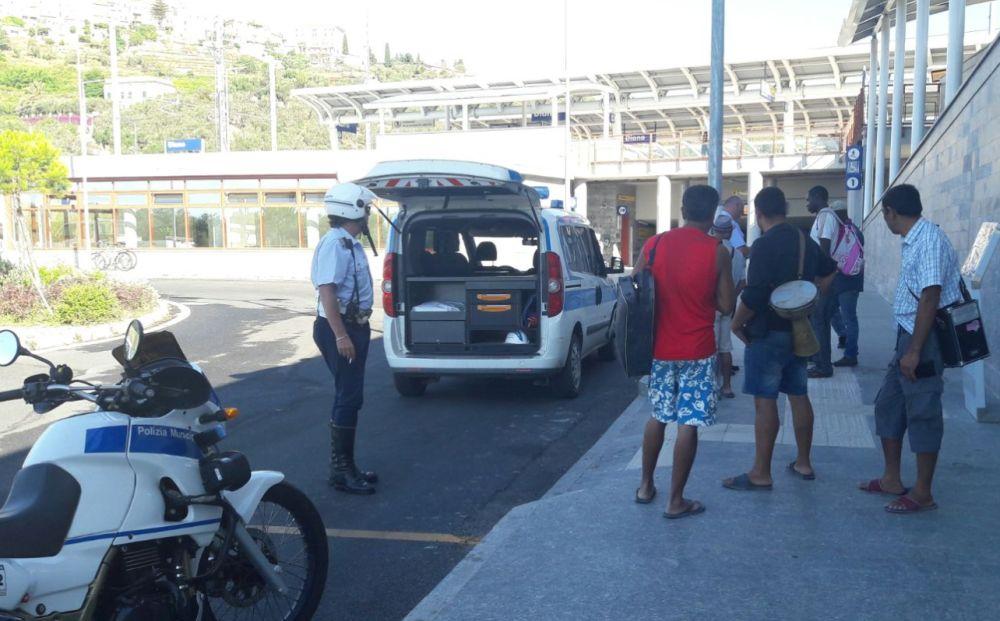 La Polizia municipale di Diano Marina blocca 15 mendicanti alla stazione e li rispedisce indietro. Uno era un profugo da 35 euro al giorno