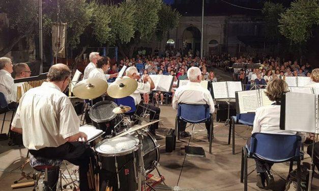 Tutto esaurito a Villa Scarsella per il concerto della Banda Musicale di Diano Marina./Le immagini