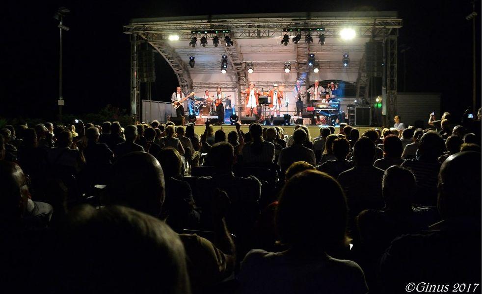 C'era il pubblico delle grandi occasioni domenica sera a Diano Marina per il Cabarock dei Belli Fulminati nel bosco