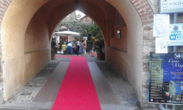 Un tappeto rosso avvolge il borgo di Cervo, è il Red  carpet voluto alla Regione nelle immagini di Giovanni Cardone