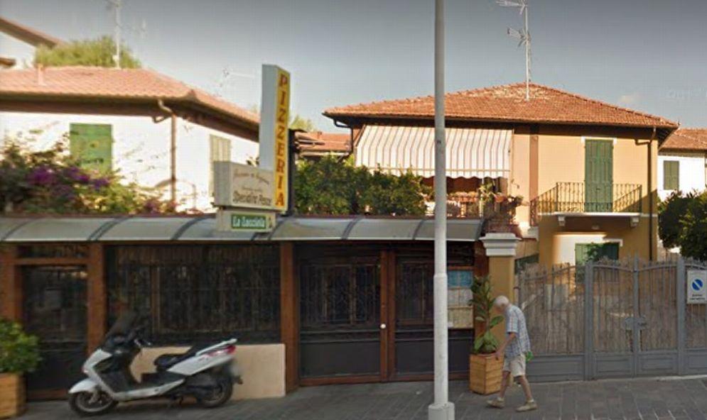"""In fiamme la pizzeria """"La Lucciola"""" di San Bartolomeo, quasi tre ore l'intervento dei pompieri. Ingenti i danni"""