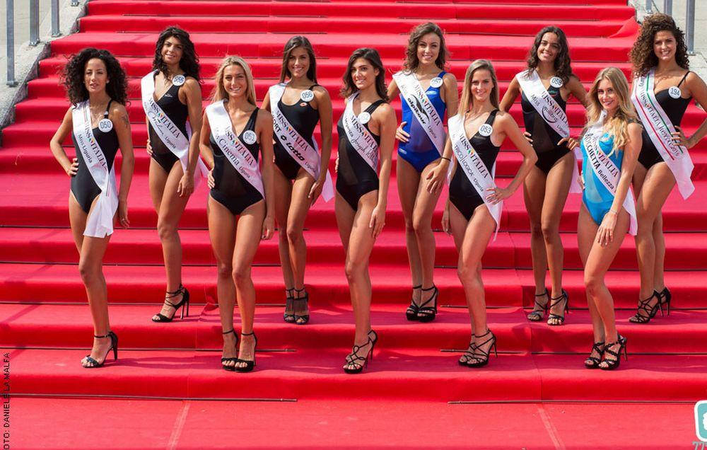 Belle ragazze in passerella sabato a Diano Marina per la Selezione di Miss Italia. E con loro canta il dianese Simone Alessio