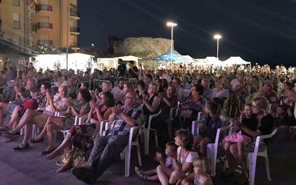 Folto pubblico ieri sera a San Bartolomeo al mare per il concerto di Andrea Vettoretti.