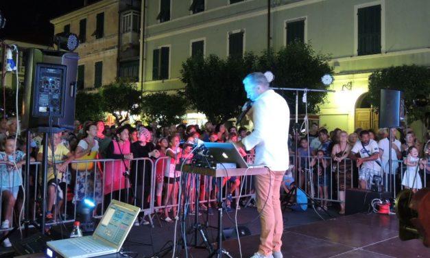 """Un successo a Diano Marina la tappa di """"Tutti cantano Sanremo"""" con Gianni Rossi./Le immagini"""