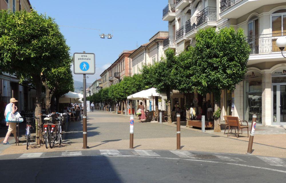 Stop a biciclette e veicoli in via Roma e via Cairoli a Diano Marina che diventano Aree Pedonali Urbane