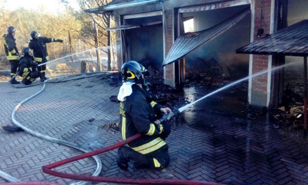 Inferno a Villalvernia, dalle 19 bruciano campi, sterpaglie, ma anche garage e auto. Pompieri in loco da tutta la provincia