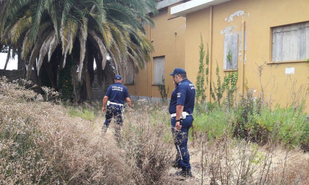 La Polizia Municipale di Diano Marina scopre un deposito di giocattoli non a norma e abiti pronti a vendere in spiaggia