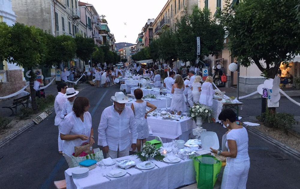 """Mercoledì 15 agosto torna la """"Cena in Bianco"""" a Diano Marina. Le regole per partecipare gratis"""