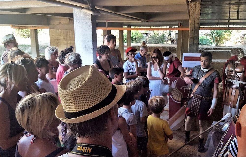 Tante persone alla scoperta della Mansio Romana a San Bartolomeo al mare./ Le immagini della gente e del luogo