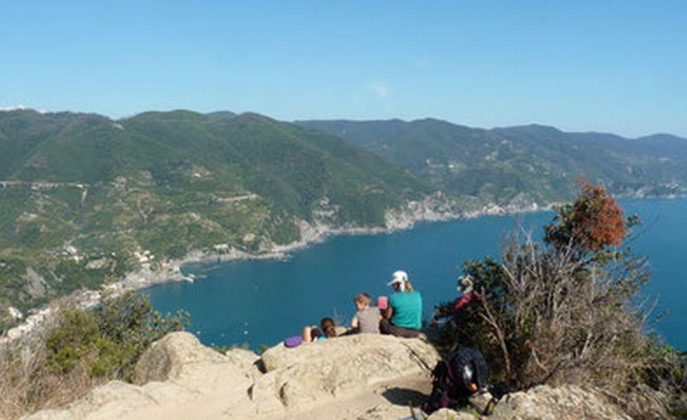 """Partono sabato da Diano Marina le escursioni a piedi di tre ore sul """"Sentiero Liguria"""" per conoscere il mare visto dall'alto"""