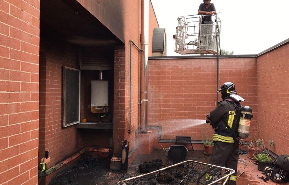 Incendio in un palazzo ad Alessandria, i pompieri salvano due cani e bloccano un fuga di gas evitando un'esplosione