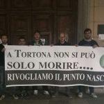 """I giovani di """"Azione Tortona"""" protestano sotto gli Uffici della Regione: """"Rivogliamo il Punto nascite"""""""