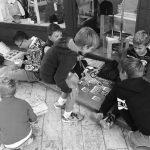 Diano Marina isola felice e d'altri tempi: i bambini giocano contenti in strada davanti ad un negozio