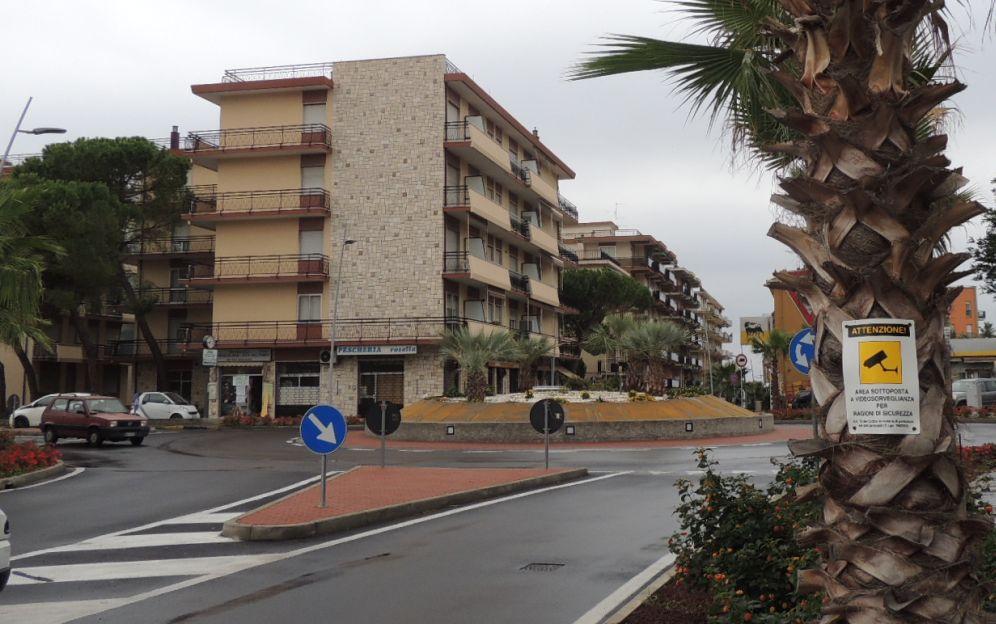 Il Comune di San Bartolomeno sistema le aiuole intorno alla nuova rotonda tra via Roma e l'Aurelia