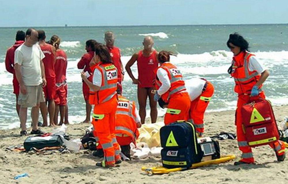 A Riva Ligure una bimba cade in spiaggia da un'altezza di oltre 3 metri, il padre si getta per salvarla, gravi entrambi