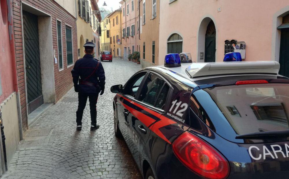 """Aggredito a Novi da 4 persone scappa con l'auto e si salva, ma i carabinieri lo denunciano: """"non aveva la patente!"""""""