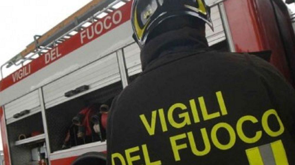 Alla periferia di Tortona acido solforico sull'asfalto: 7 ore di intervento dei pompieri