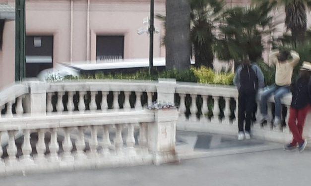 Venditori abusivi e mendicanti nei pressi del casinò di Sanremo incuranti delle telecamere. A cosa servono allora?
