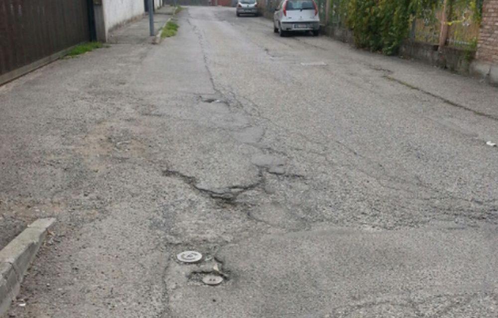Un lettore segnala la grave situazione in cui si trova via Tognolo a Tortona. Le immagini parlano da sole