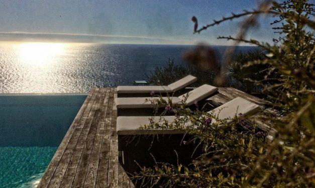 Questo giardino a strapiombo sul mare a Diano Marina sul sito italiano dell'architettura