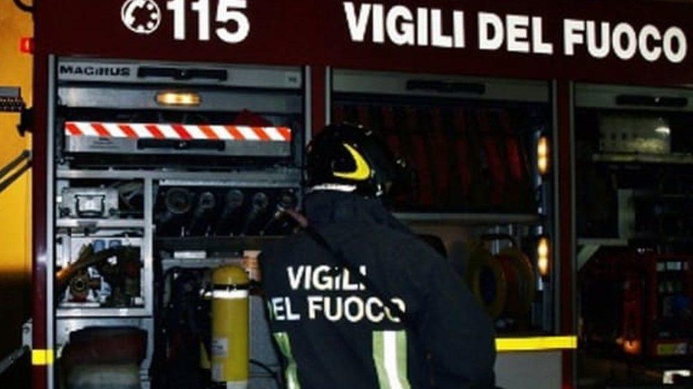 I Vigili del Fuoco di Tortona intervengono per spegnere due incendi
