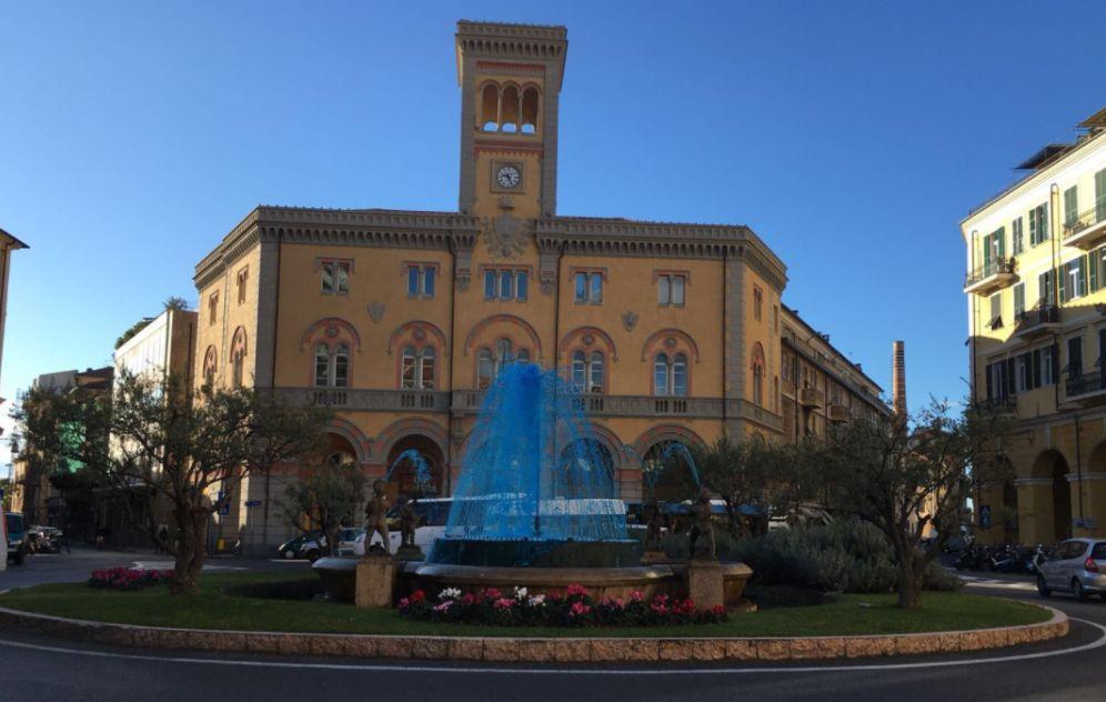 """Imperia, La fontana di piazza Dante si colora di blu per la """"Giornata Mondiale del Diabete"""""""