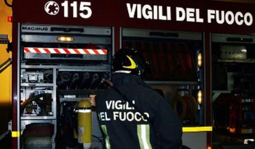 Grave incendio nella notte in un magazzino ad Alluvioni Cambiò
