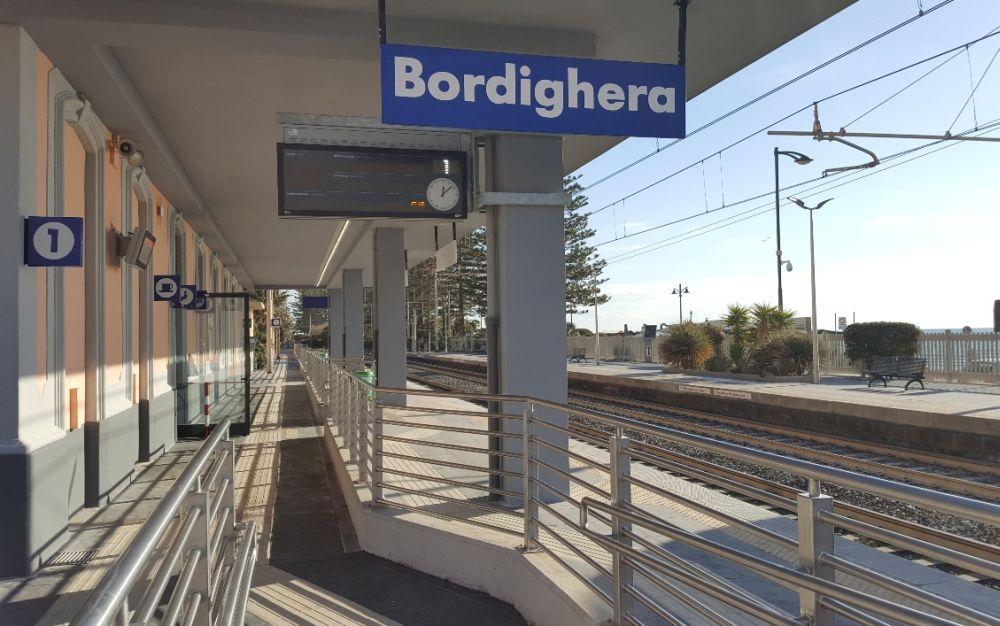 Si getta sotto il treno, forti ritardi del traffico fra Bordighera  e Ventimiglia
