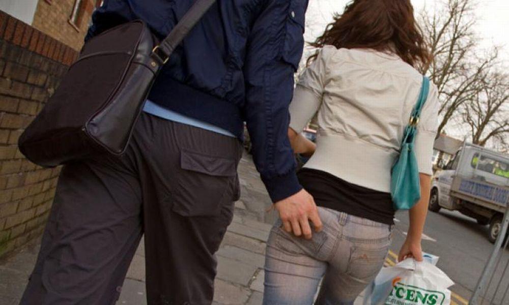 Tortona, un giovane di 20 anni palpeggia il sedere di una donna di 35 ferma davanti ad un negozio in corso Romita