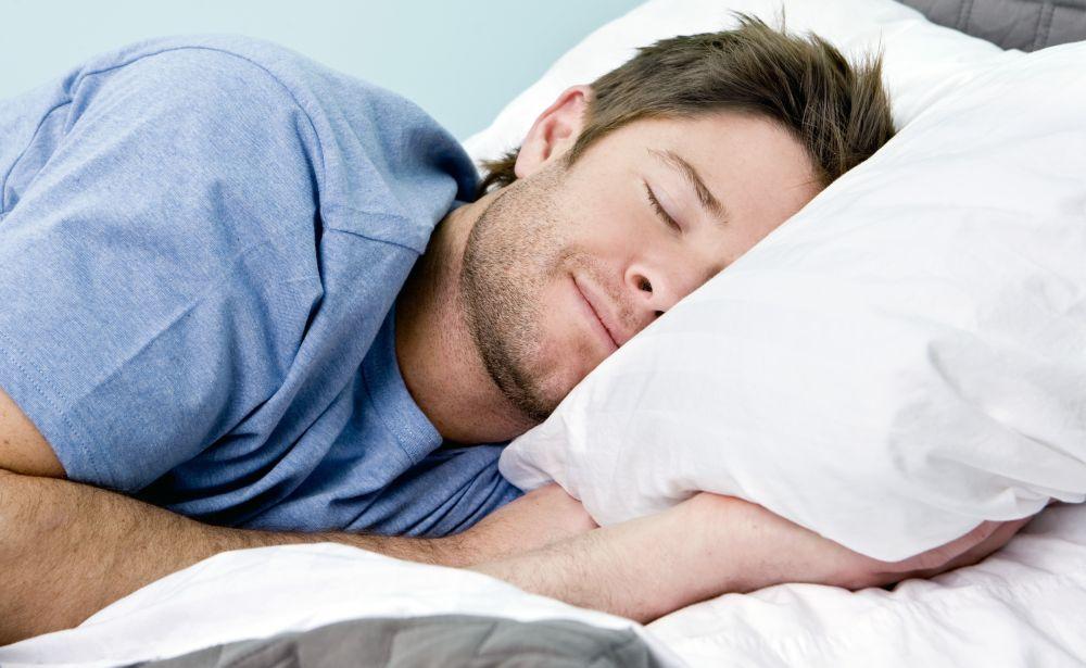 uomo che dorme nel letto dormiglione | Oggi Cronaca