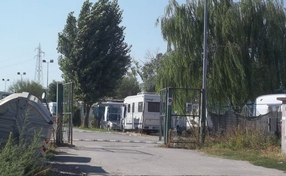 A Tortona i nomadi festeggiano un matrimonio sparando fuochi artificiali in cielo. Meno male che sono poveri…..