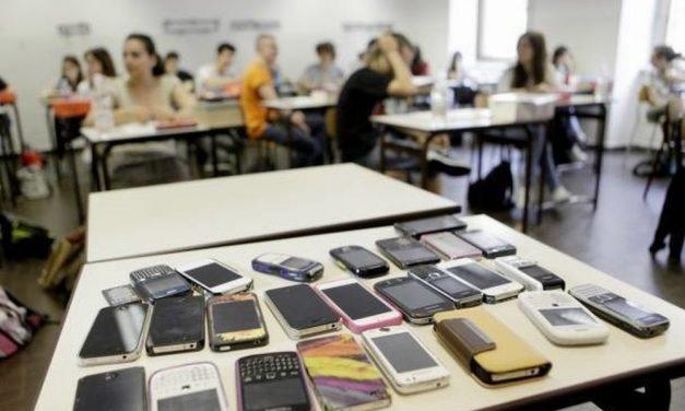 """E' giusto usare i cellulari a scuola anche per motivi studio? Oppure così """"friggiamo"""" il cervello ancora di più ai nostri figli?"""