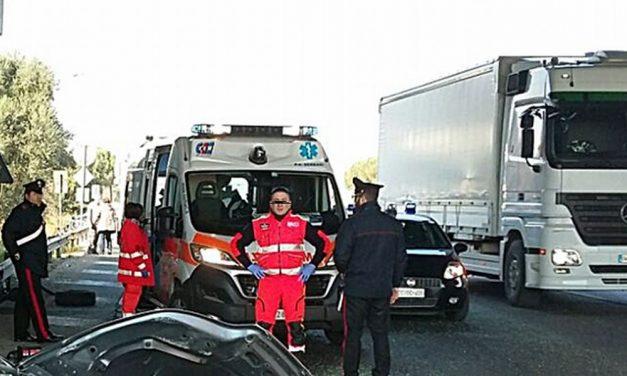 Un auto si schianta contro un camion a Tortona e il conducente esce miracolosamente illeso