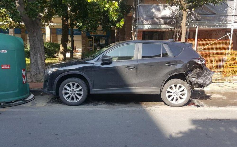 Un post su Facebook: si cerca il pirata della strada che ha danneggiato questa auto a Diano Marina