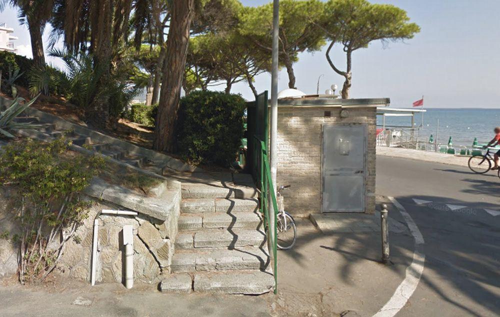 Allarme di una moglie a Diano Marina che teme il marito sia morto dentro questi bagni pubblici, intervengono i pompieri e….