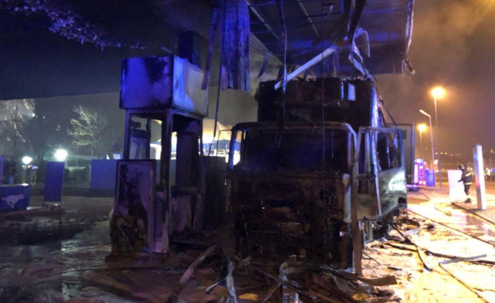 Le immagini del Camion bruciato stamattina sulla piazzola del distributore Esso