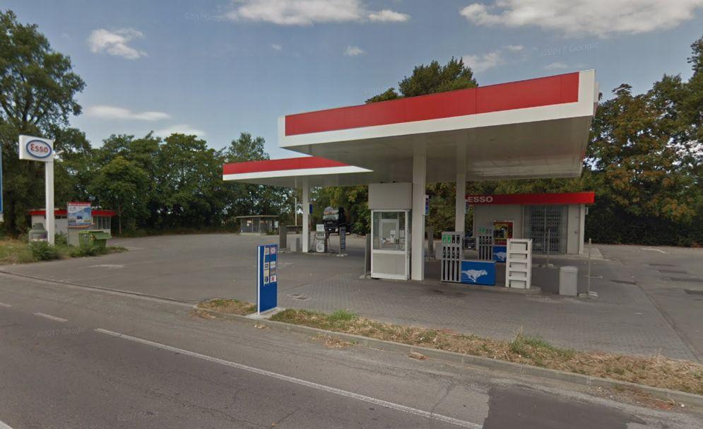 Tragedia sfiorata a Tortona per un camion in fiamme (andato distrutto) che si ferma presso questo distributore  di benzina