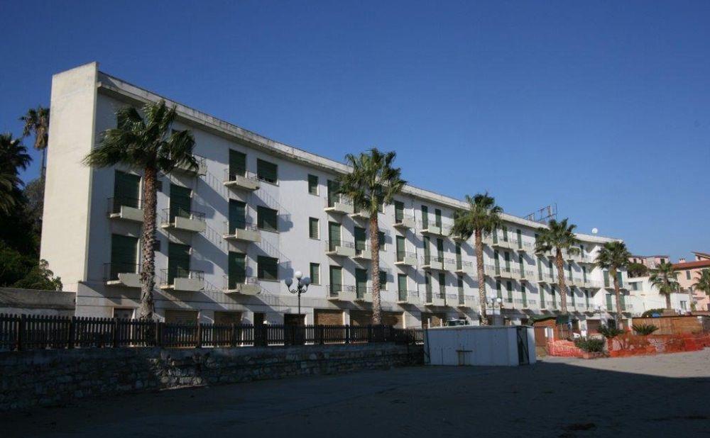 L'Hotel Teresa di Diano Marina sarà demolito e al 40% trasformato in appartamenti. Comune d'accordo ma prima….