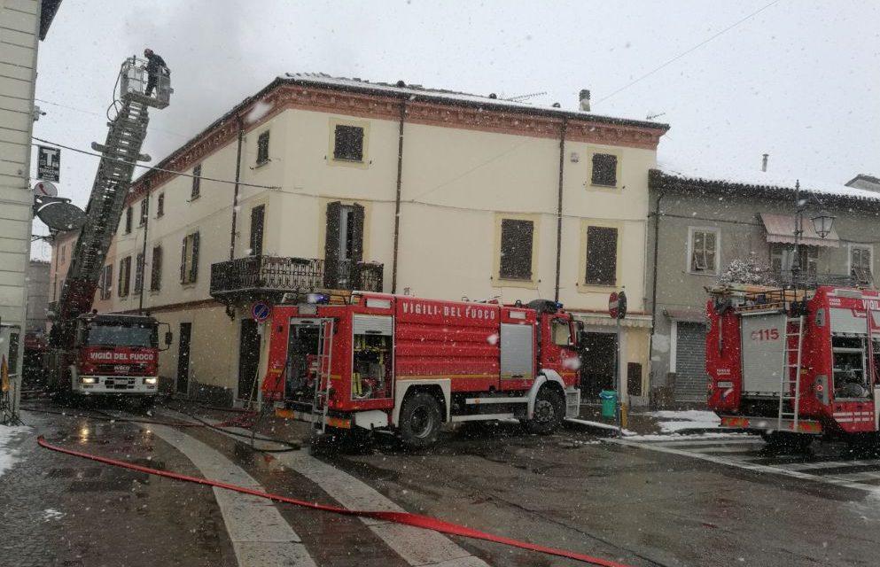A Boscomarengo grave incendio in una palazzina, evacuate diverse famiglie, cinque ore l'intervento dei pompieri e stable inagibile