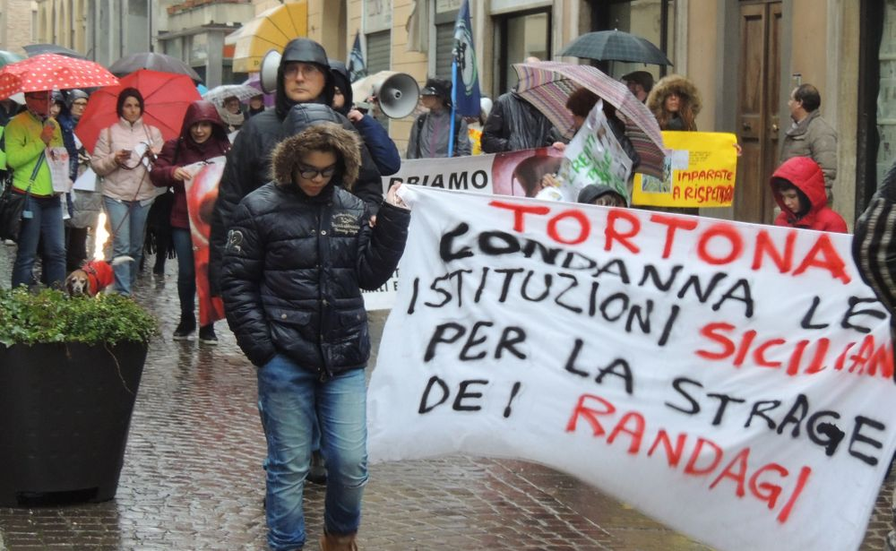 A Tortona 60 animalisti in corteo tra l'indifferenza della gente, ma d'altro canto si parlava i una strage in Sicilia