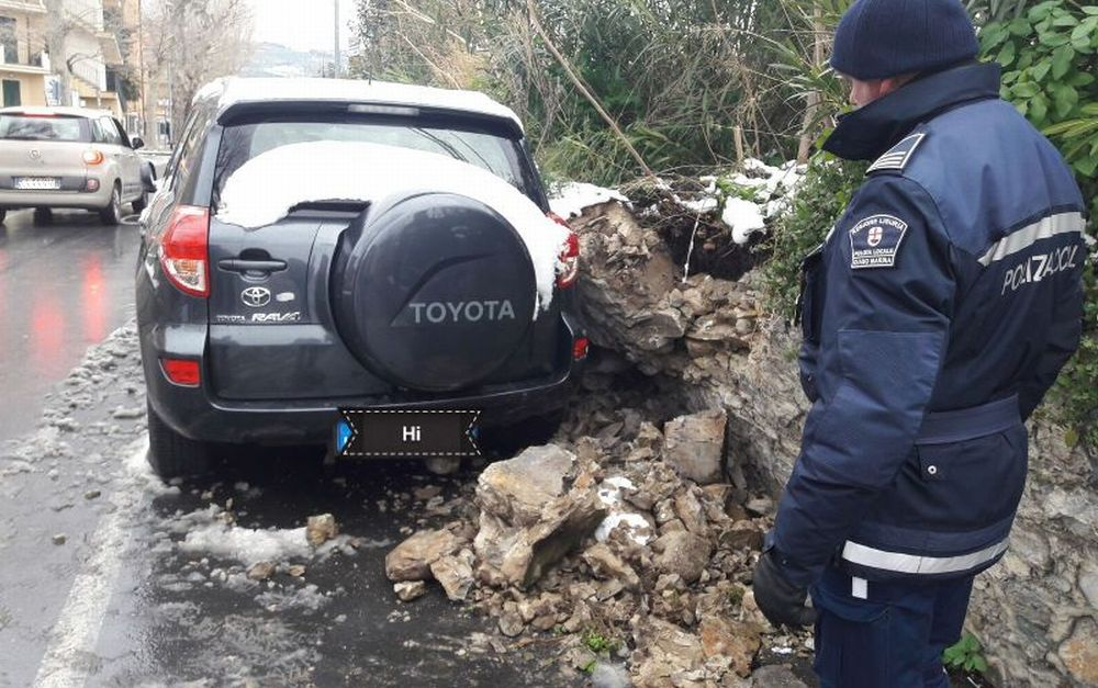 A Diano Marina crolla il muro di contenimento in centro città, danneggiate due auto. Parcheggio interdetto chissà fino a quando