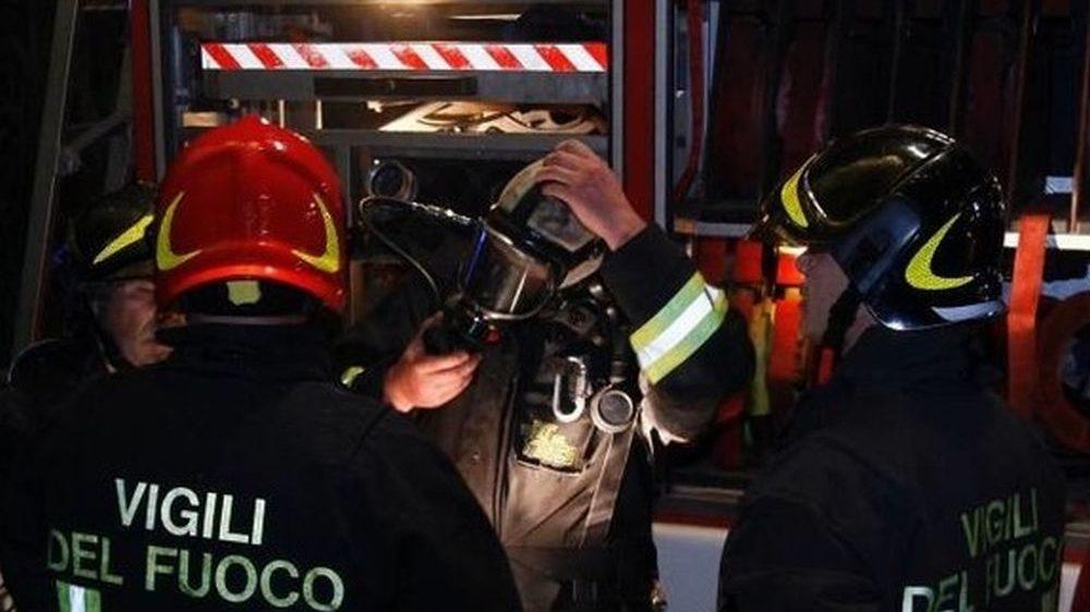 I Vigili del Fuoco di Tortona spengono un incendio vicino a un capannone