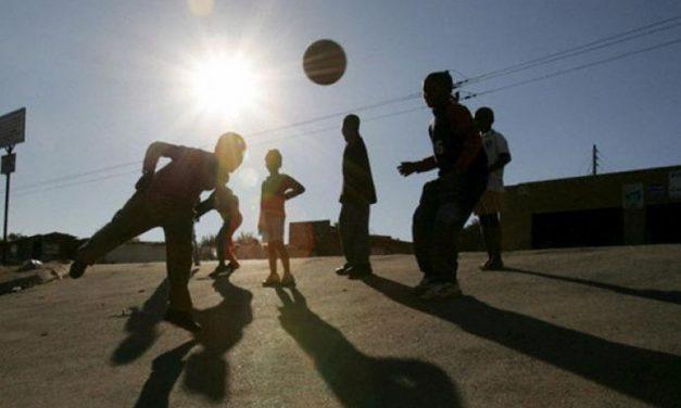 Novi Ligure, ragazzi fermati dai Vigili mentre giocano a pallone in piazza e scoppia la baruffa con un giovane denunciato