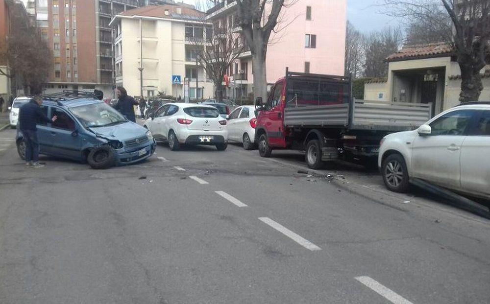 Le immagini di un incredibile schianto a Tortona con gravi danni alle auto