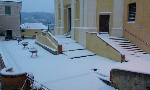 Neve a Diano Castello e strade impraticabili: per un malato in dialisi interviene la Protezione Civile