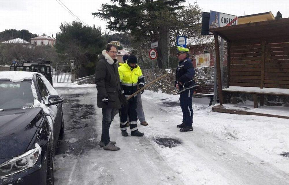 Dalle sei di stamattina la Polizia Locale di Diano Marina controlla nevicata e possibili disagi. Za Garibaldi è sul posto. La situazione