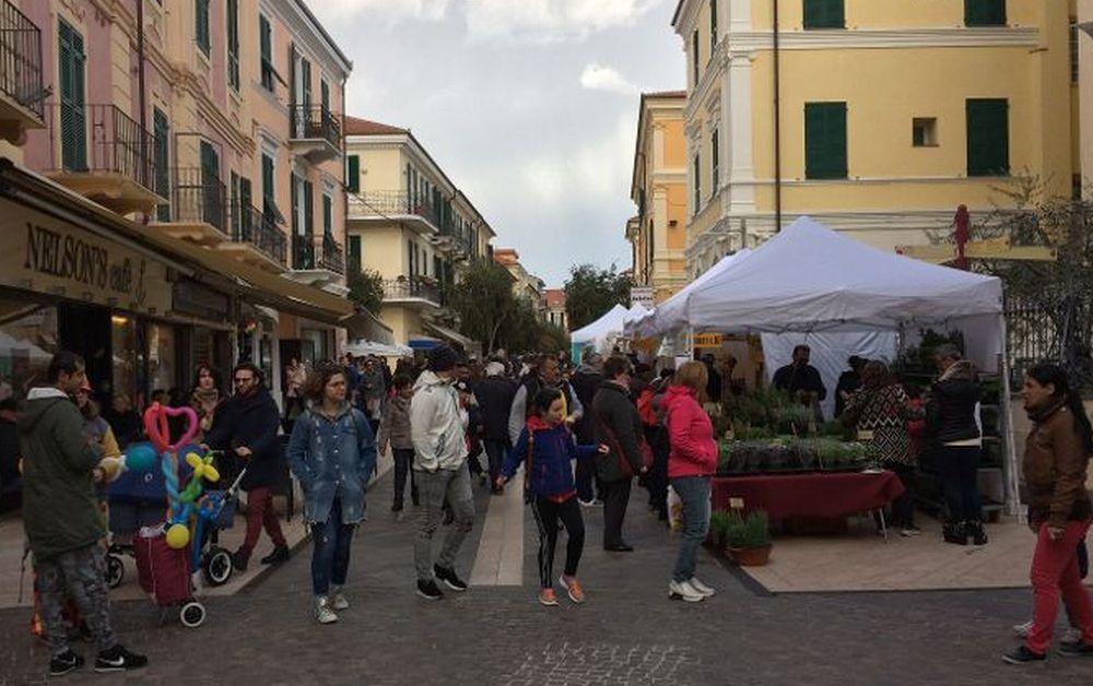 Boom di turisti per il week end di Pasqua a Diano Marina: in mare, in spiaggia e in centro. Le immagini